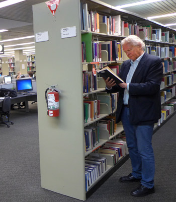 Rob in een universiteitsbibliotheek in Melbourne